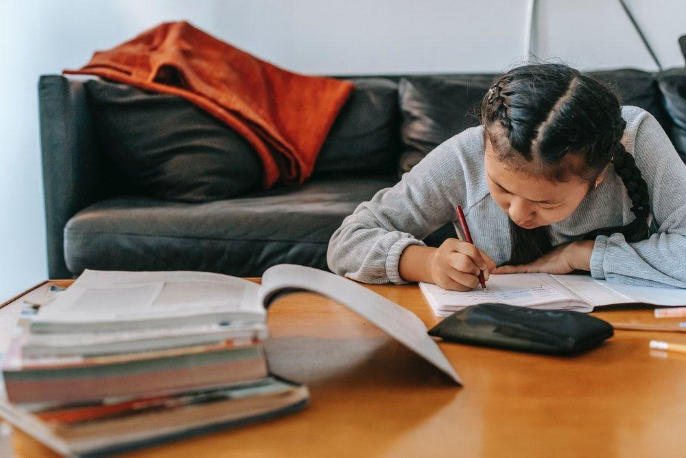 anak giat belajar sambil menulis