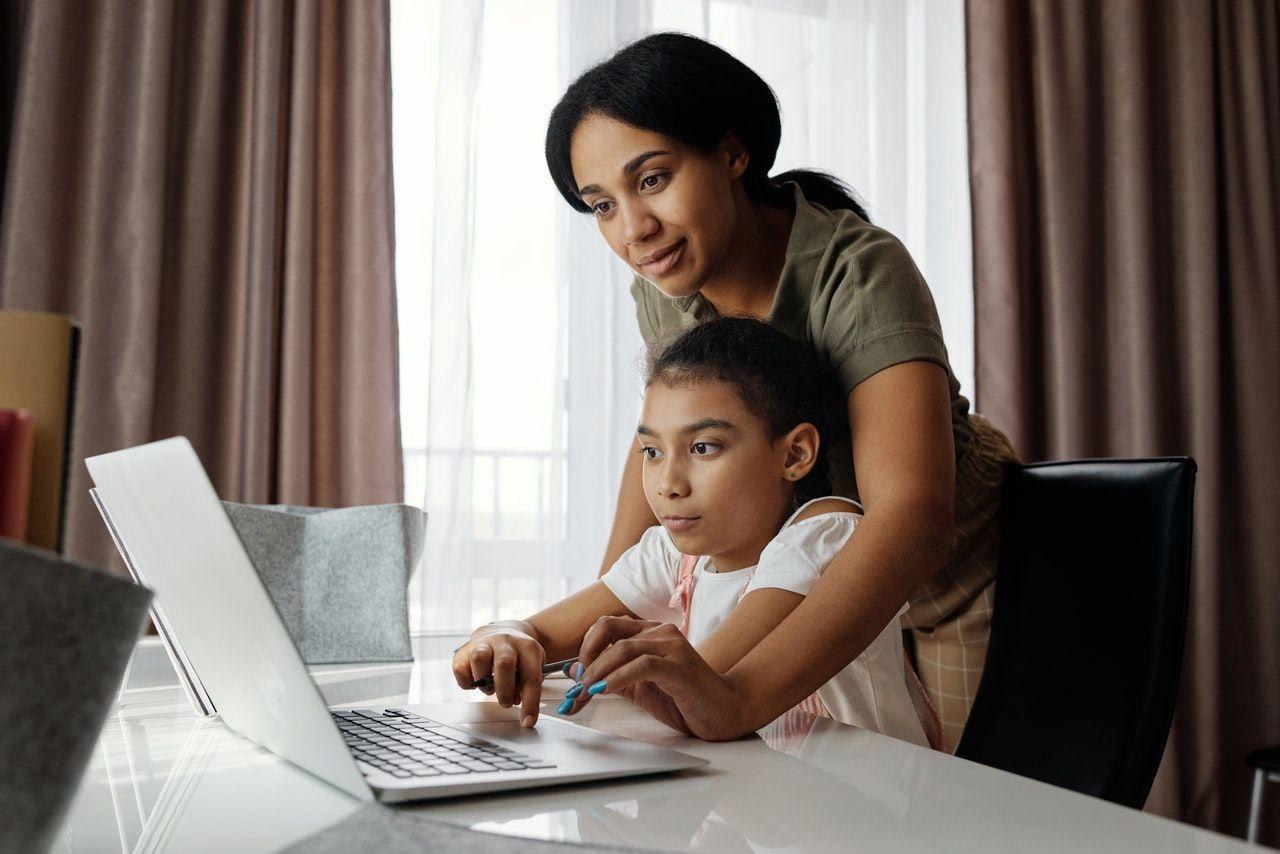anak mengerjakan pr bersama ibunya