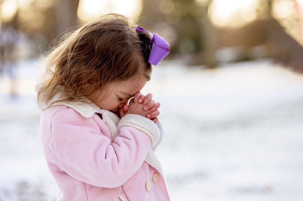 anak perempuan berdoa