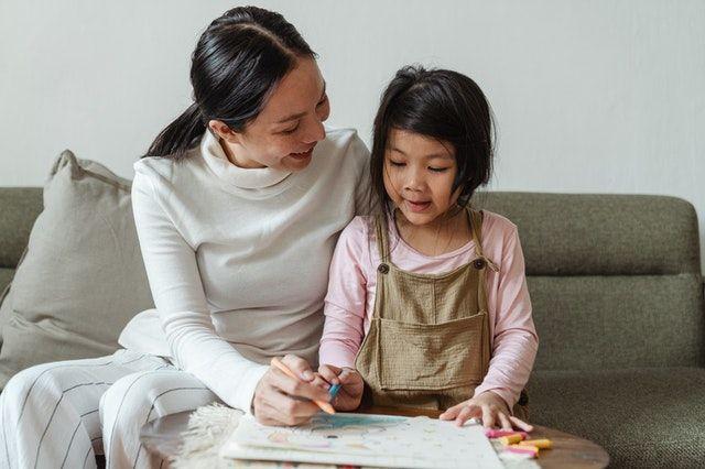 anak belajar di rumah bersama ibu