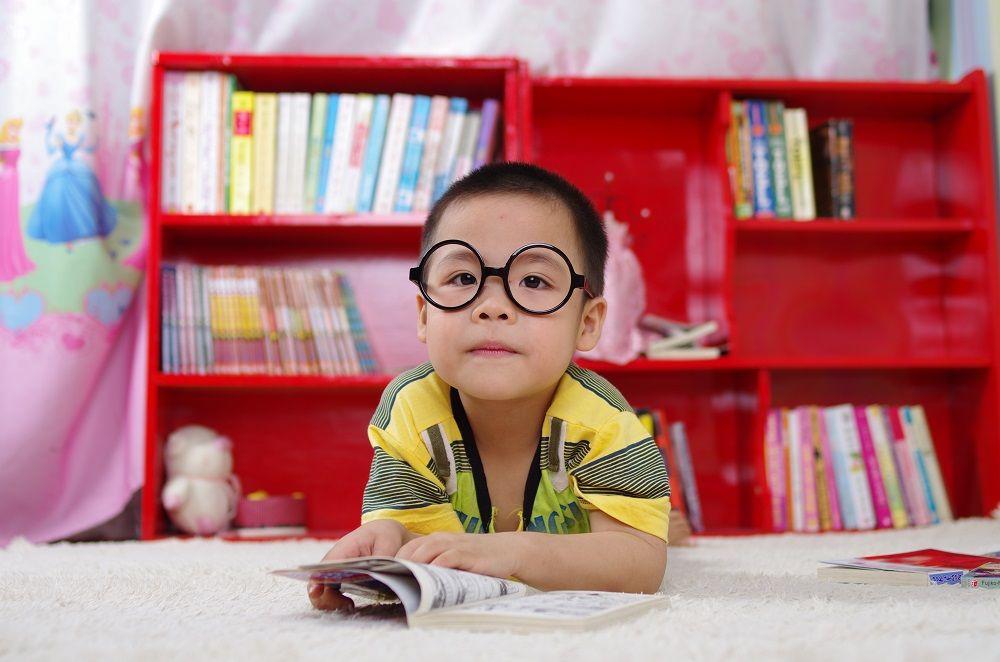 anak laki-laki bilingual berkacamata
