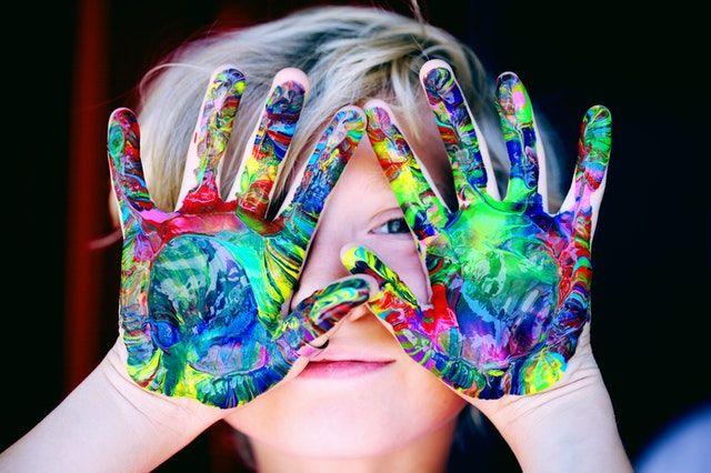 anak kecil bermain cat warna warni