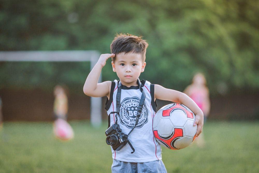 jenis olahraga anak laki-laki main sepak bola