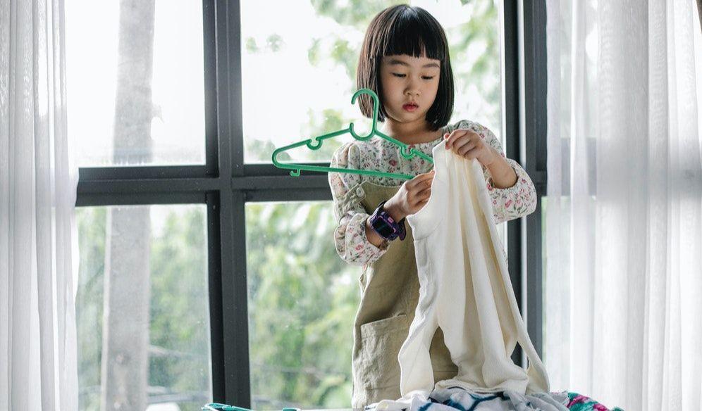 kewajiban anak di rumah merapikan baju sendiri