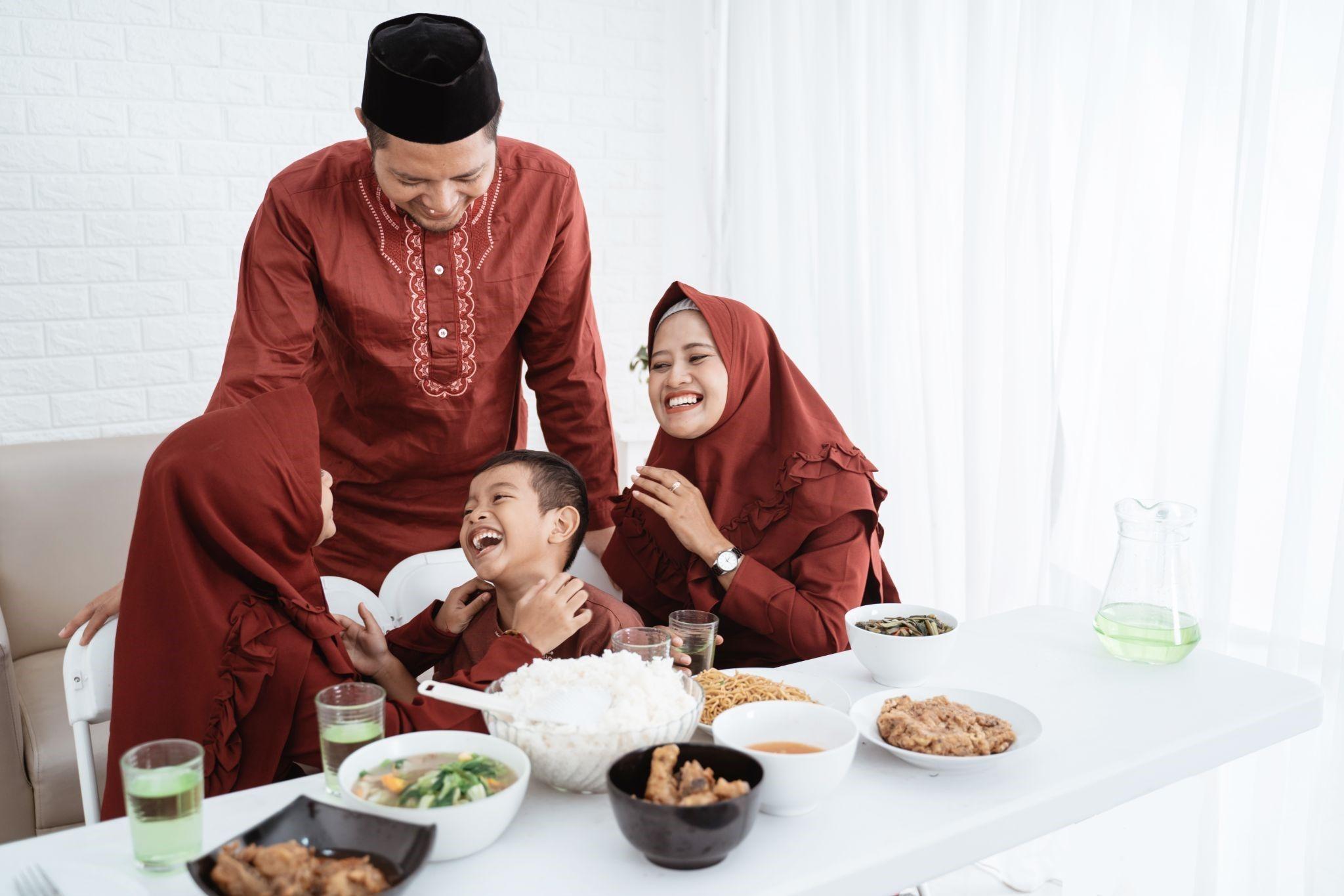 keluarga bahagia berbuka puasa